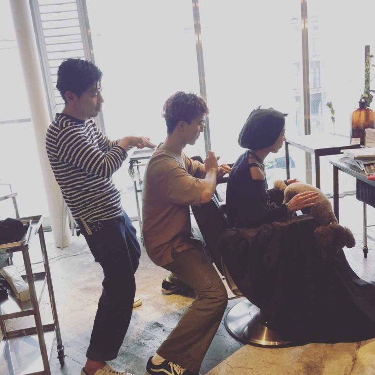 美容師はマッサージを勉強するのですが、今日は凄いマッサージ法を見ました!真ん中のスタッフがとにかく凄いマッサージをします。興味のある方は是非受けてみて下さい♪