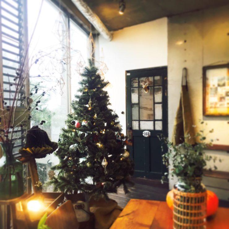 冬の寒色には、色のある飾りが映えますね…♪HUNCHの店内には、180㎝の大きなツリーを選びました。皆んなで飾り付けをし、一気にクリスマスモードになりました♪ 12月24.25日は、細やかなプレゼントをご用意しております♪ 残り少なくなってきた2016年ですが、今年最後笑顔に過ごして頂けるように、HUNCH一同頑張ってまいります♪
